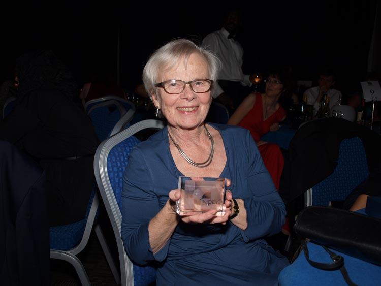 Ingrid Grønlie mottok gave fra NPPG (Neonatal and Paediatric Pharmacist Group) for hennes deltaking i NPPG siden 1999, og for at hun var med å starte SPPG (Scandinavian Paediatric Pharmacist Group) i 2001. Bildet er tatt i Nottingham i november 2014.