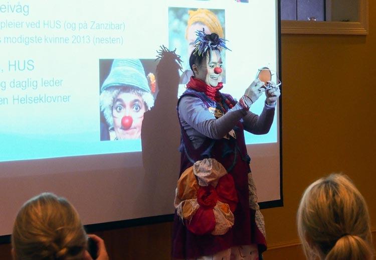 Helseklovn Siv Øvsthus i fra Bergen forteller om klovning som legemiddel på olstrandkonferansen.