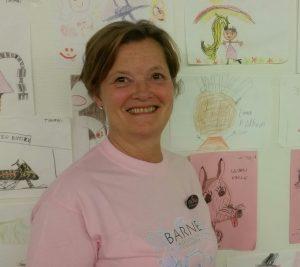 Elin Lysmen Jakobsen har vært helsesekretær ved barneavdelingen i 28 år. Hun er et av selve navene på barneavd. Hun kan alt og er barnelegenes reddende engel.