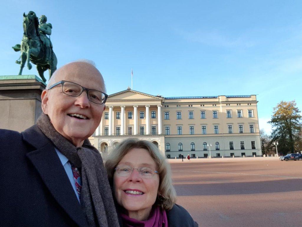 Selfie av Torstein Vik og kona Ingibjörg utenforslottet. (Foto: Privat)