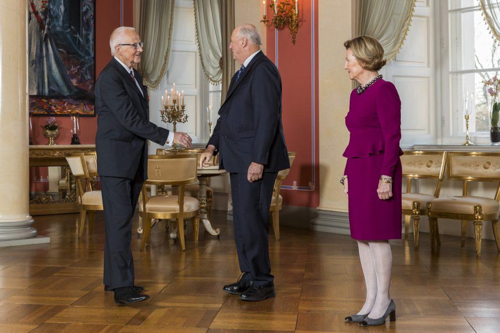 Torstein Vik mottok kongens fortjenestemedalje samme dag som intervjuet ble gjort. Her hilser han på kongen. Foto: NTB scanpix