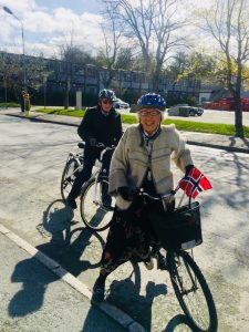 Gyro er glad i sykkel, ski og tur. Her i bunad på 17.mai. Mannen Odd bak.