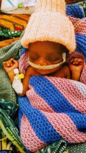 Denne lille pjokken var litt over 1 kg da han ble født. Etter noen uker ble han utskrevet i god form.