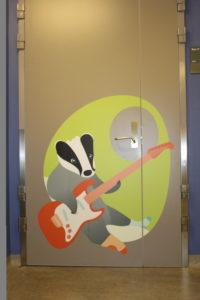 Artige illustrasjoner på dørene gjør det lettere for barna å finne tilbake til sitt rom