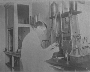 På laboratoriet i sine unge dager