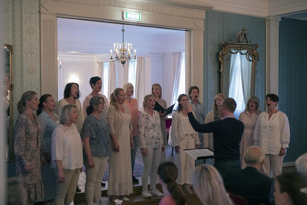 Sandefjord vokalensemble synger Vårmøtet inn